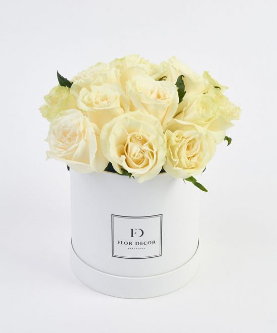 Hat box with fresh roses